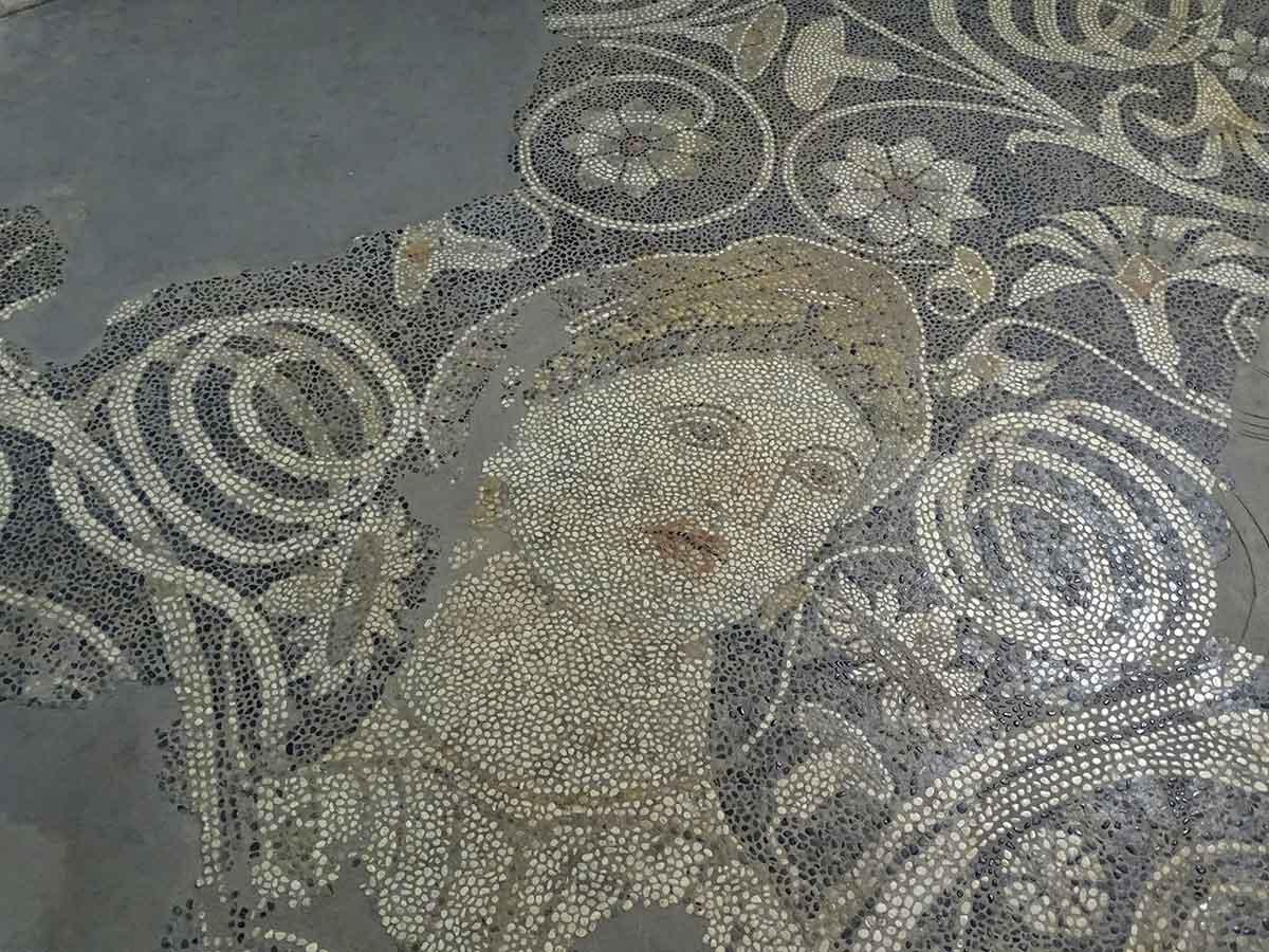 """Mosaici llamado """"La bella de Dürres"""", hoy en el museo arqueológico de Tirana"""