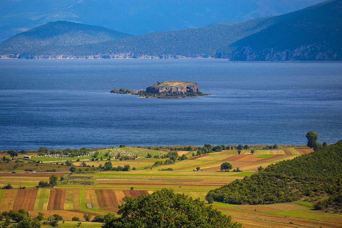 Isla de Maligrad en el lago Prespa de Albania